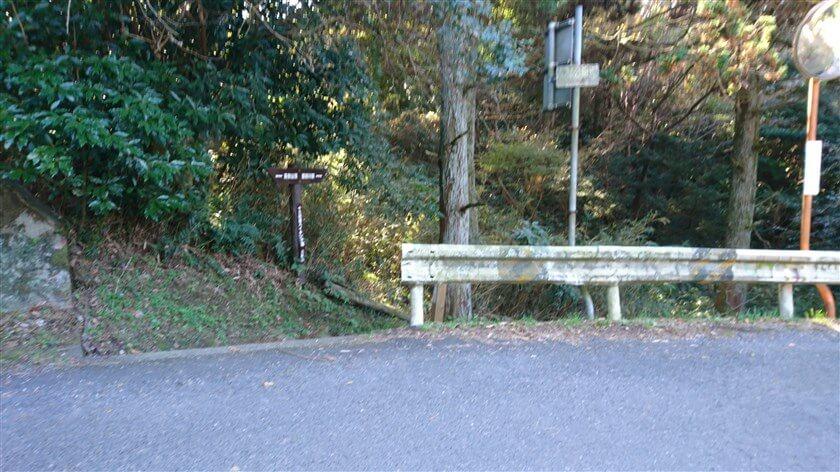 「信貴生駒スカイライン」の下を通る、十三峠の車道を横切って脇道に入る