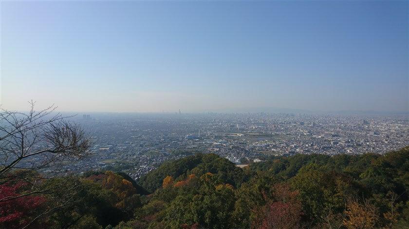 水呑地蔵尊の展望台からの眺望。大阪市街の向こうに、明石海峡まで見える。