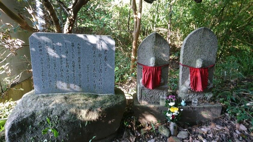 伊勢物語歌碑と石仏