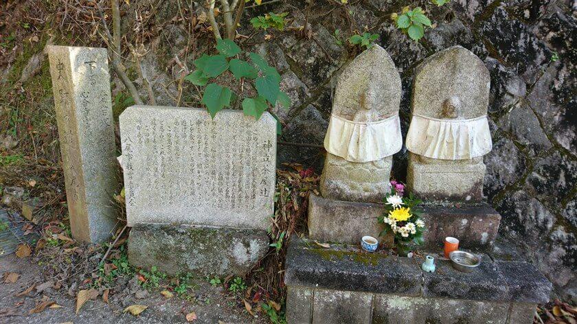 神立茶屋辻にある、石碑と石仏