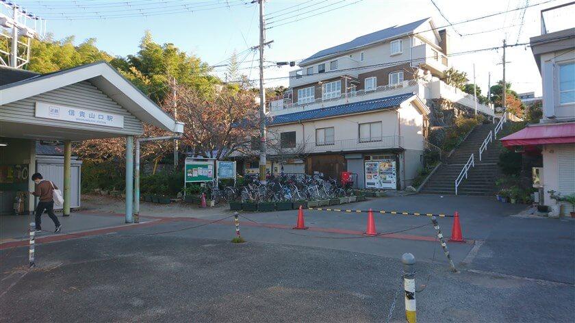 「信貴山口駅」から登る場合は、駅を出て左の階段を上って行く