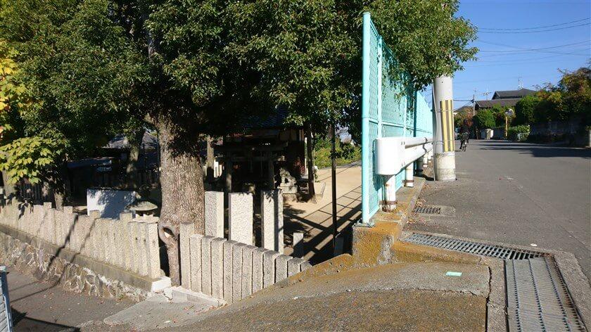 「信貴山道」の石版がある地点を通り過ぎると、左下に「権現社」がある