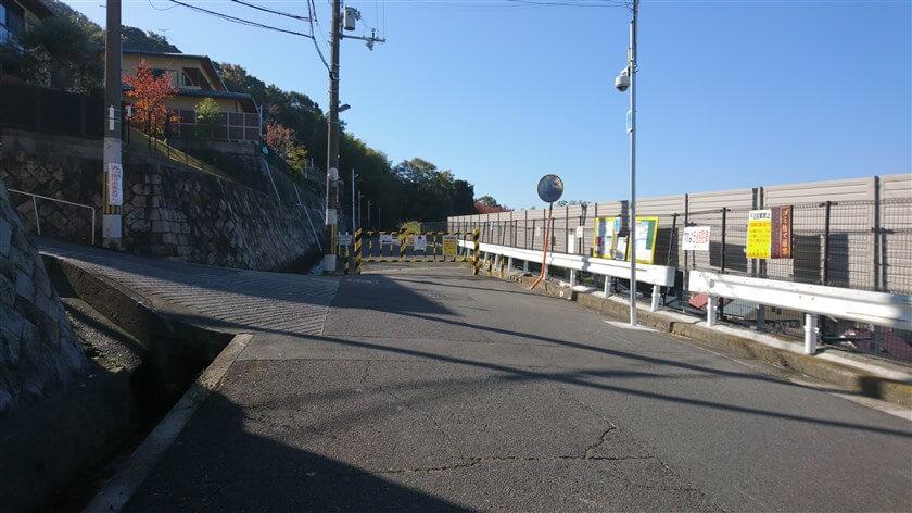 「信貴越えの入り口」には、車の進入を禁止する柵があるが、脇を通って入る