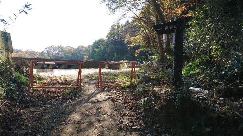 「信貴道ハイキング道」7本目の道標。高安山に向かう、尾根のコースに合流する。