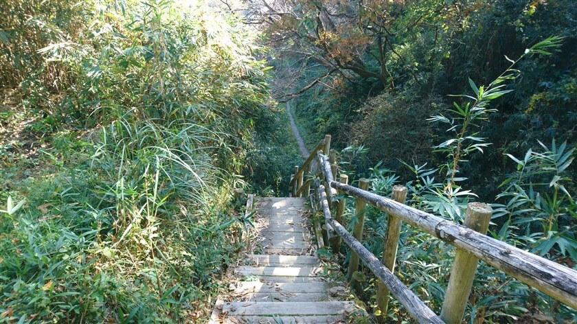 恩智峠に降りる階段