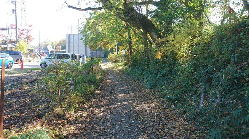 「信貴山のどか村」の駐車場の横に出る。天気の良い日曜日で人出が多い。