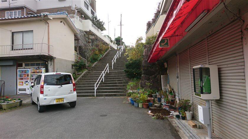 「信貴山口駅」に出る。右に行くと、信貴越え(黒谷道)に続く。