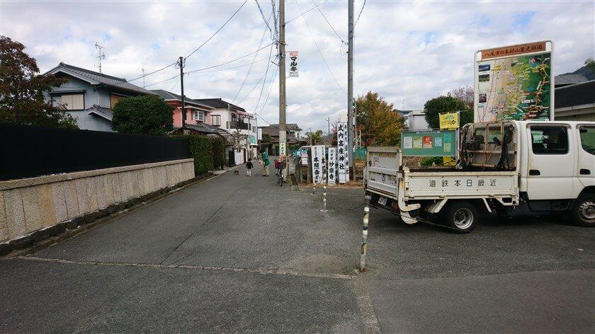 「信貴山口駅」の前を左に進む