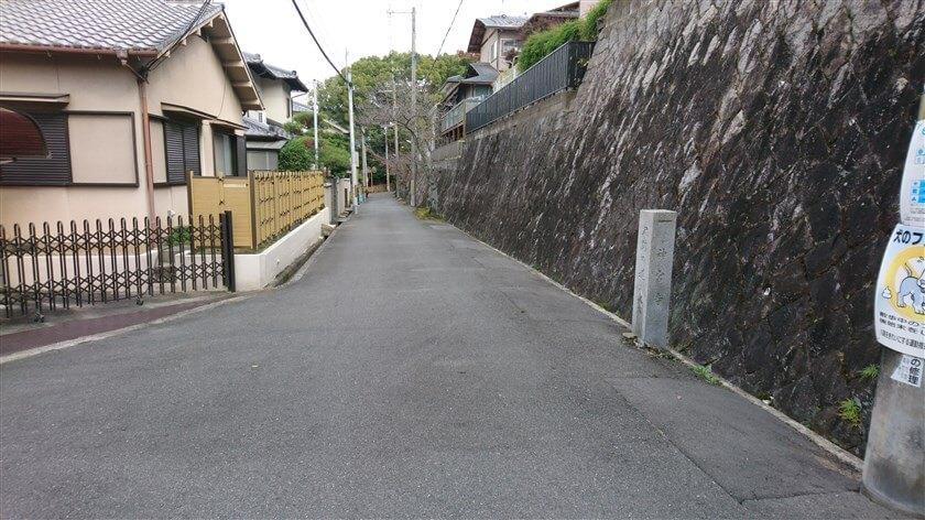 右側に史跡の道の道標があり、直進する