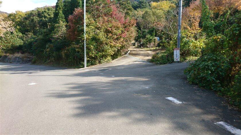 右側に山に登る道がいくつかあり、右折したくなるが、やり過ごさねばならない