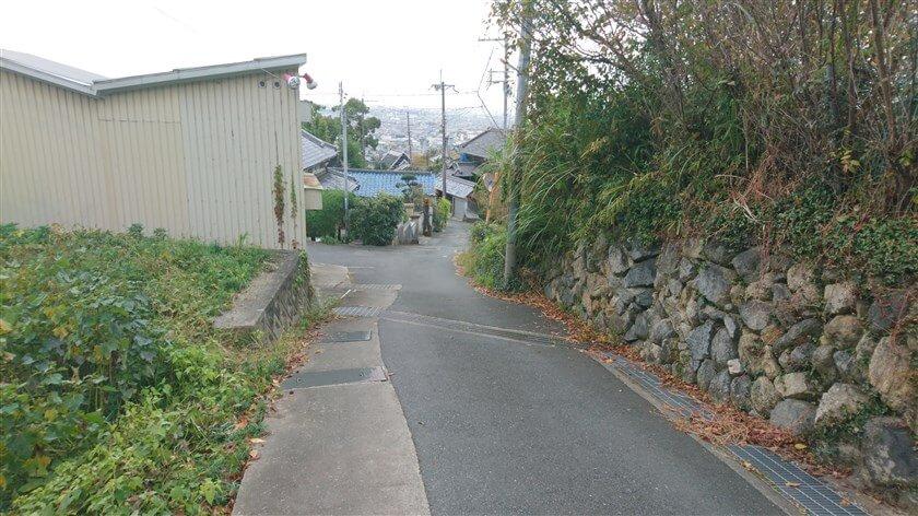 玉祖神社で少し休憩した後、神社の前の道を下る