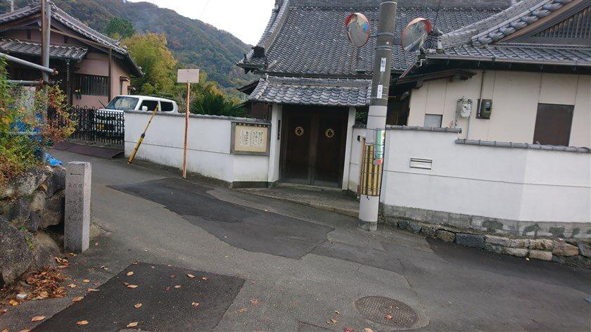 「柴雲山 信暁寺」の前で、右折