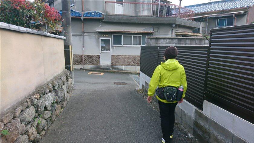 八尾市大窪の集落の中:突き当りを右に行く