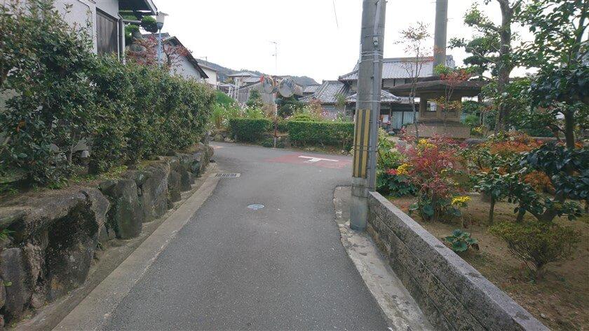 八尾市大窪の集落の中:三叉路を左に取る