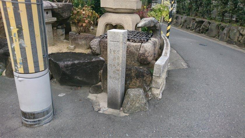 「→ 佐麻多度神社」に登る道に出る
