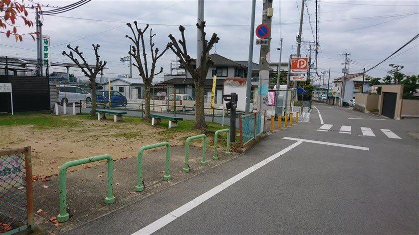 「服部川駅」の手前に公園がある