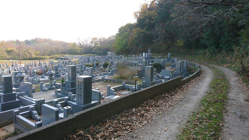 信貴山公園墓地の横を通って南に向かう