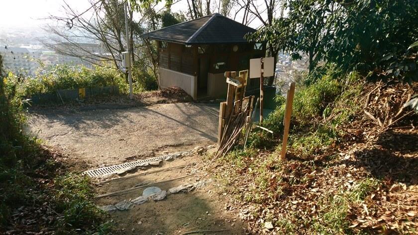 「きぼうの道」の登り口に降りる。向かいにトイレがある。