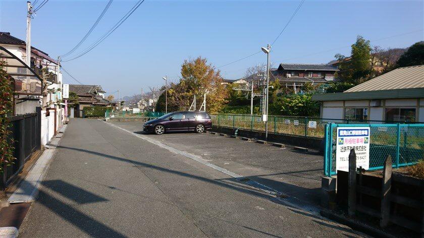 「信貴山口駅」の前を北に進む
