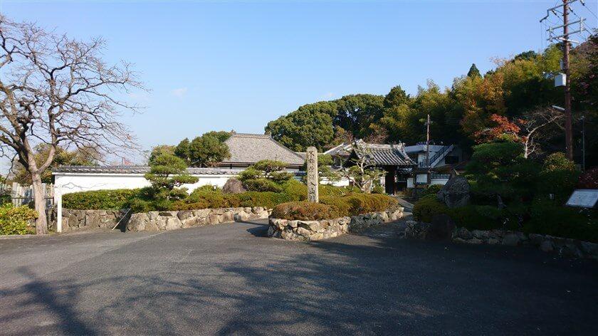 「法蔵寺」の山門前には、「不許葷酒入山門(酒や匂いの強い野菜や肉を持って、寺領へ入山することは許さない)」と書かれた、石柱が立っている