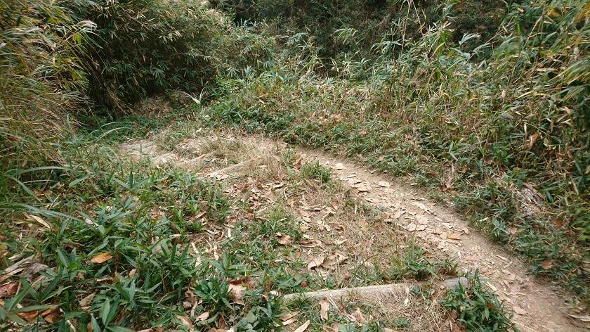 急な階段を進むと、右に曲がる
