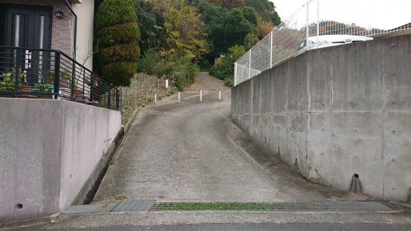 「なかよしの道」の登り口を、下から見た様子