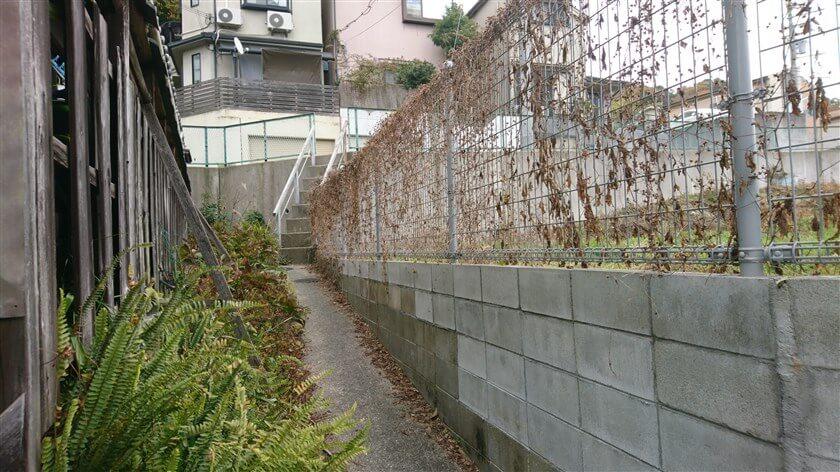 下の道に行くには・・・細い階段を使って、下に降りた