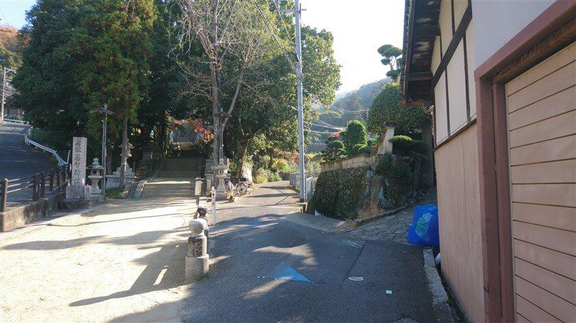 スタート地点の「恩智神社入り口の石段」横。右側の道を行く。