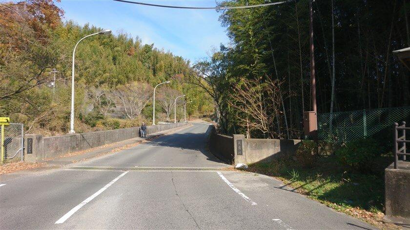 実盛川(さねもりがわ)の上に作られた、とっくりダムの堰堤を渡る