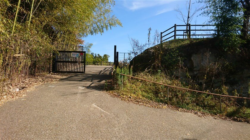 とっくりダムの堰堤を渡ると、右手に大門ダムへの入り口がある