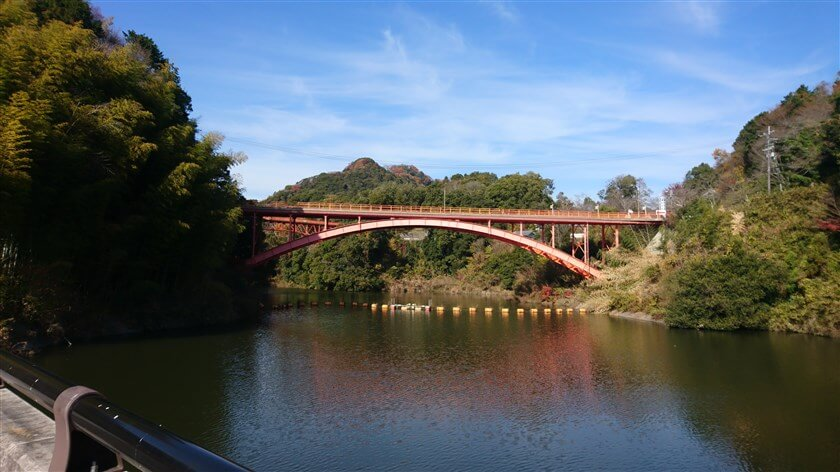 大門ダムの堰堤中央から、仰ぎ見る信貴大橋。奥に、開運橋も見える。