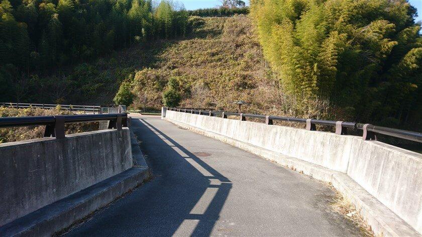 大門ダムの堰堤から見た、休憩所