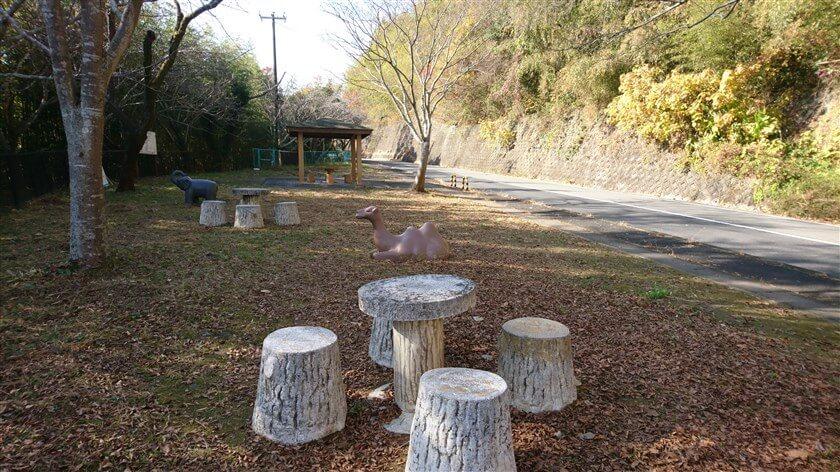 小さい公園があり、休憩所もある