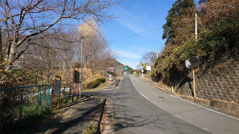 信貴フラワーロードから、「とっくりつり橋」に入る地点には標識がある