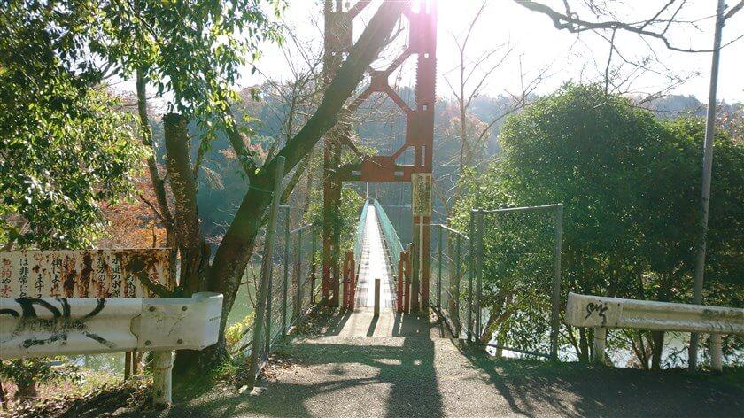 「とっくりつり橋」:橋長 100m、幅員 1m