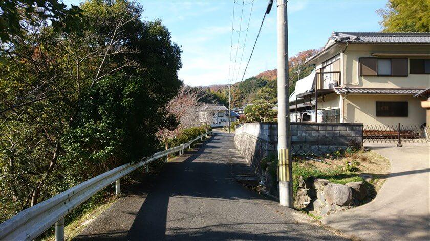 「とっくりつり橋」を過ぎると、信貴南畑の小さな集落に入る