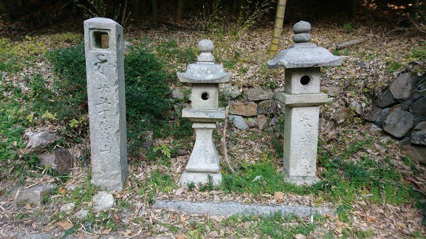 「廿五丁信貴山」黒谷道25(廿五)丁石(寛政12年)と、おかげ灯籠