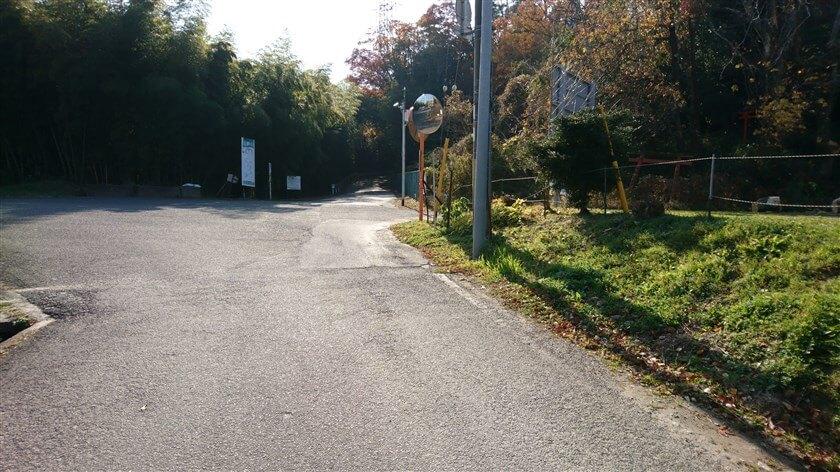 左:「信貴山のどか村」、右:恩智峠、正面はぶどう坂に降りる四差路