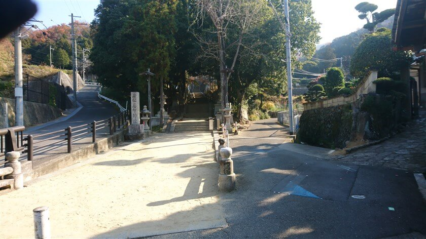 「恩智神社入り口の石段」の前を、右の側道に入る