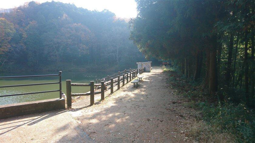 恩智神社の裏に、「総池(そいけ)」と言う池があり、釣り人が絶えない