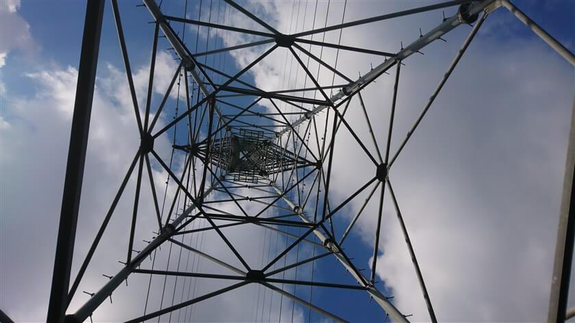 鉄塔によって模様の見え方が異なり、この鉄塔は菱形模様が見える