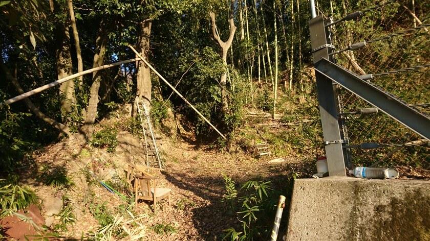 コンクリートの壁が途切れた所が登り口になっている。ここが「神宮寺道-B」の、トレイル開始地点となっている。