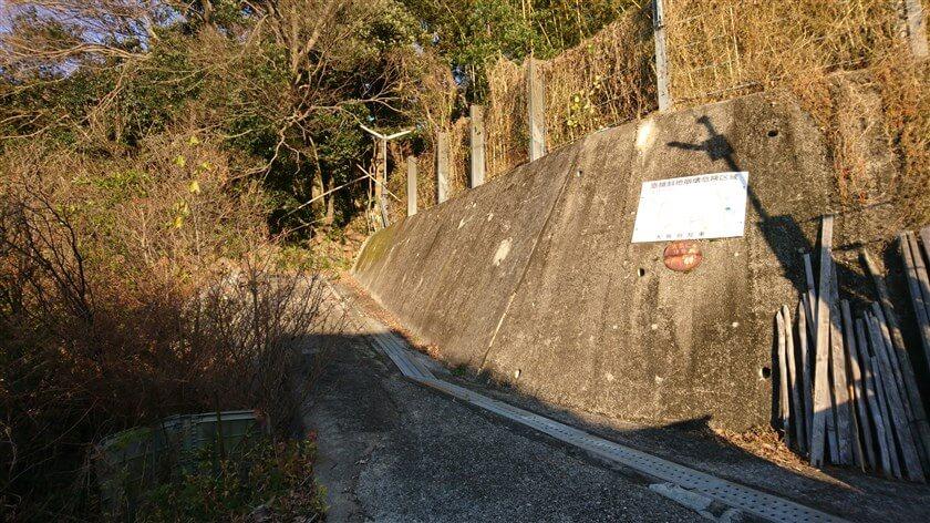 左に折れて、コンクリートの壁に沿って登る
