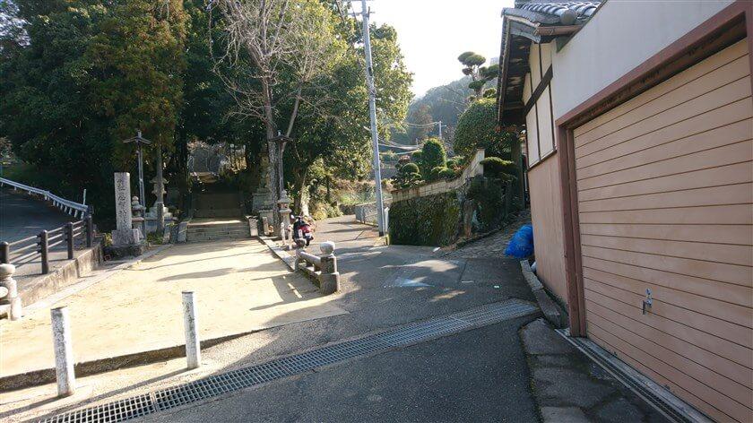 恩智神社入り口の二の橋を渡らず、右の側道に入る