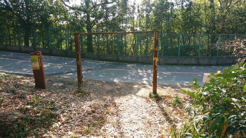 【市道大県信貴線】の車道に出る門、ここが【立原道・尾根道】の終点