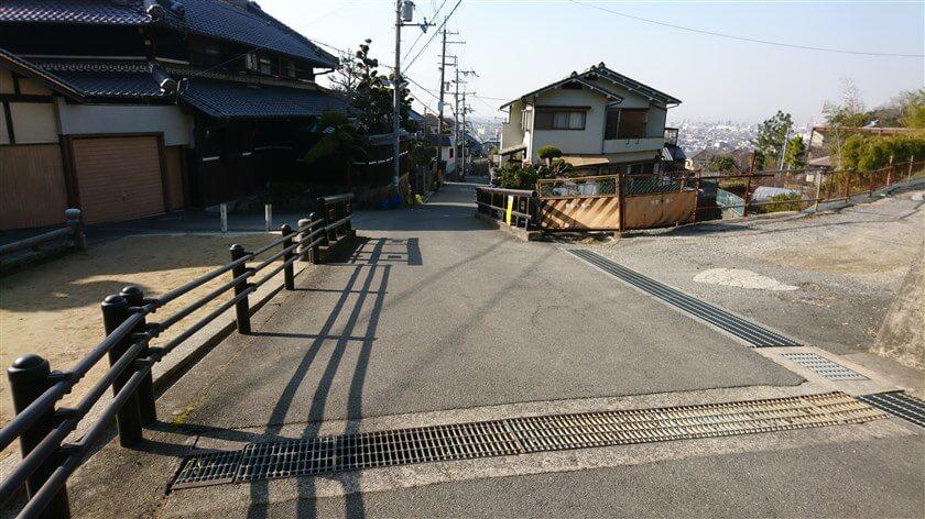 恩智神社参道の登り口にある「共和橋」から、住宅街に入る