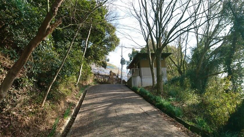 右にトイレがあり、左前方にぶどう畑が見えたところで左折すると、「きぼうの道」への登り口がある