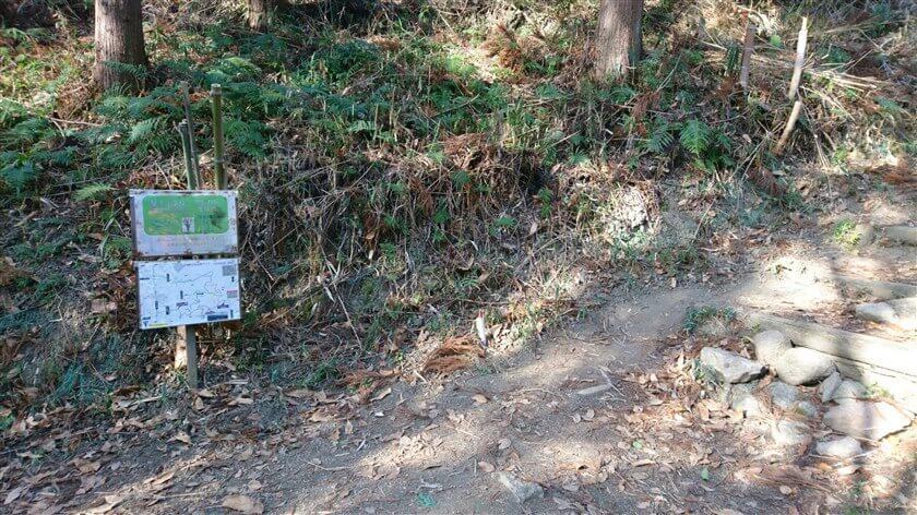 突き当りに道標があり、右に行くと「かしわら水仙郷(なかよしの道)」と記されている