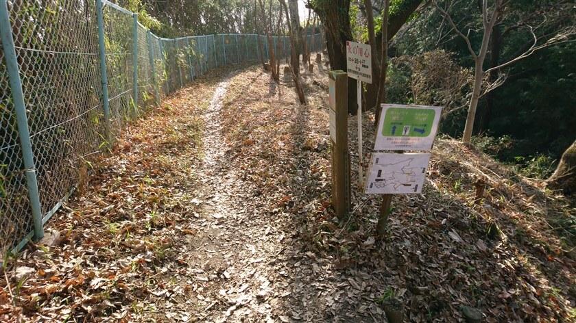 フェンスがあり、「きぼうの道」に合流する