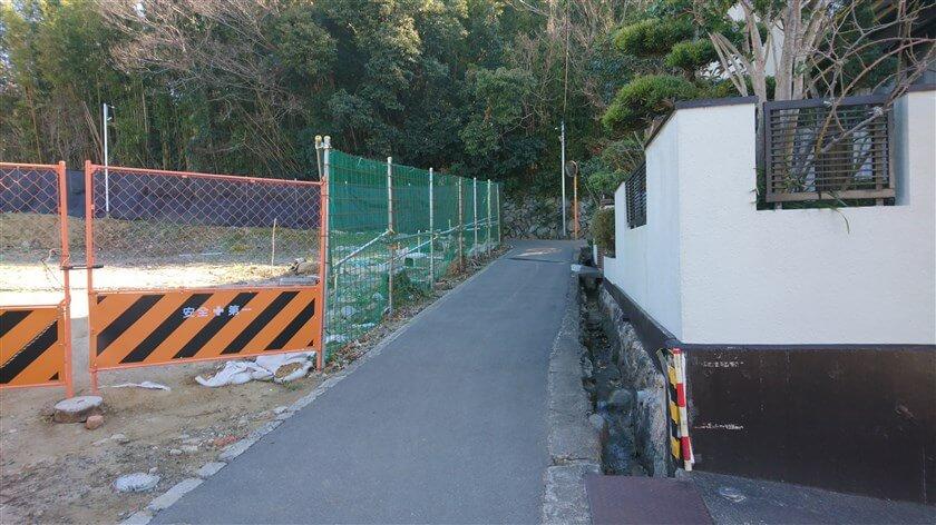 左に、畑に作られたフェンスが現れ、正面が突き当りの「T字路」になっている